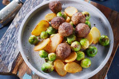 gebakken aardappels met gehaktballetjes en spruiten