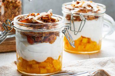 kokosontbijt met mango en granola