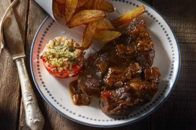 stoofvlees met frietjes en gevulde tomaatjes