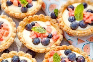 Tartelettes met rabarber en blauwe bessen