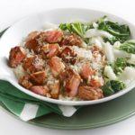 rijstschotel met pikante zalm en paksoi