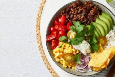 Burrito-bowl met gehakt en avocado