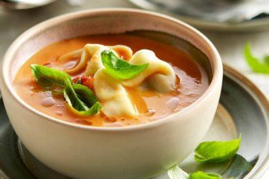 Italiaanse maaltijdsoep met tortellini