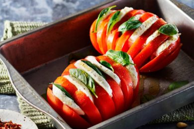 Hasselback-tomaten met tomatenpesto