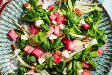 Salade met rabarber en geitenkaas