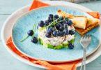 Taartje met gepocheerde kip met avocado en blauwe bessen