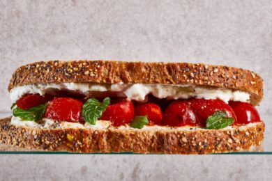 Sandwich fetaspread met gebakken tomaatjes