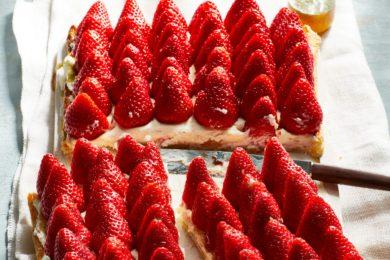 aardbeienplaattaart met vanillehoning en tijm