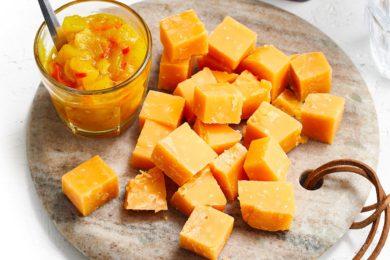 kaasblokjes met mangochutney